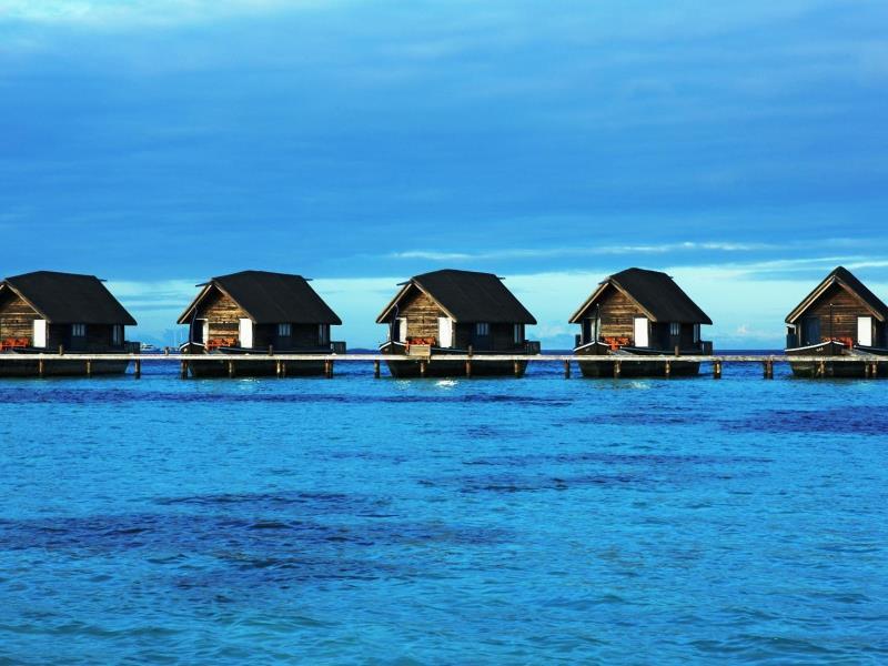 翡翠色の美しいラグーンとモルディブでも屈指の美しさと言われているビーチをもつ小さな島に、ずらりと並ぶ伝統的なローカル船であるドーニ型の水上スイートがこの